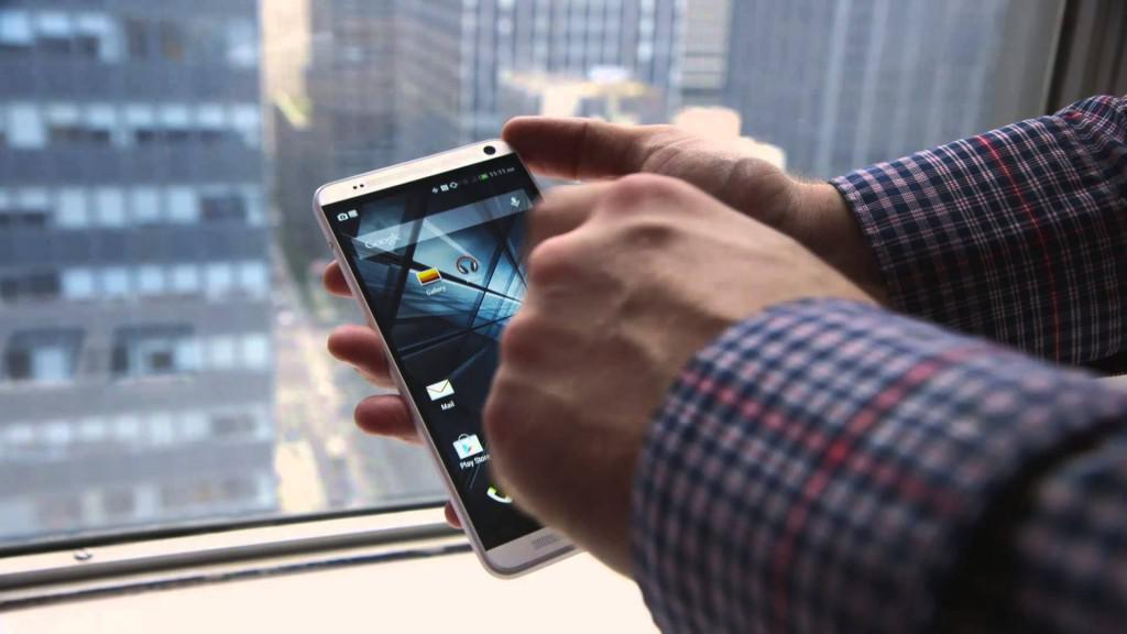 HTC One Max 5,6 palce v ruce