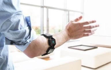 ThalmicLabs Myo je nositelný bluetooth ovladač snímající gesta vaší ruky.jpg