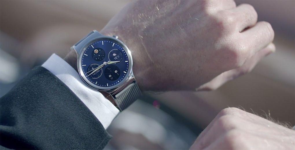 Chytré hodinky Huawei Watch na ruce